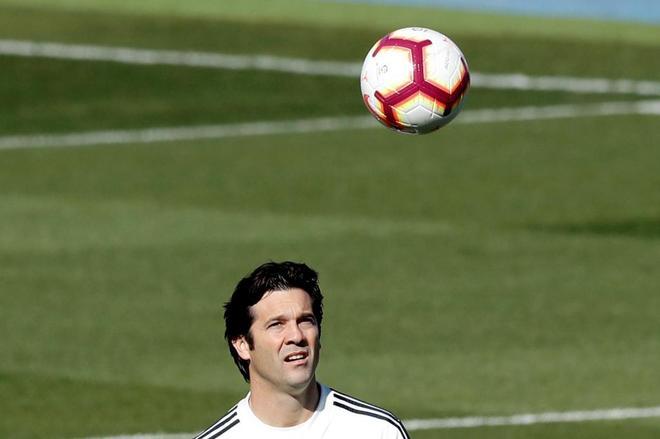 Santiago Solari juega con el balón en el último entrenamiento del Real Madrid, antes del clásico liguero.