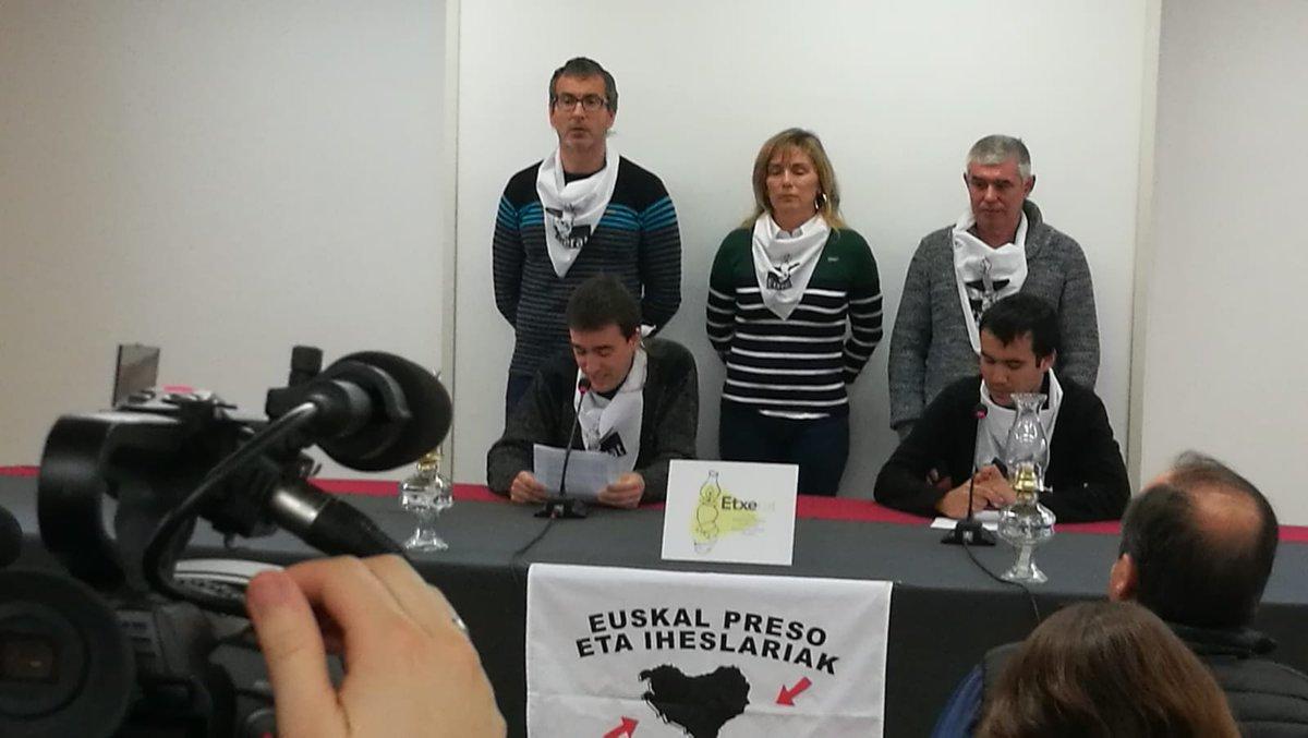 Los portavoces de Etxerat durante su comparecencia pública.