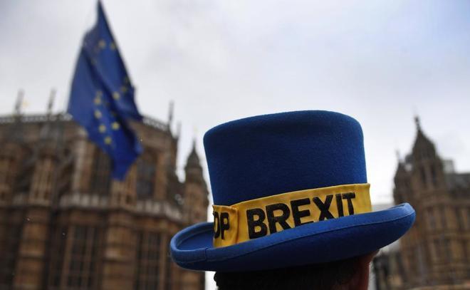 Manifestantes proeuropeístas participan en una marcha frente al Parlamento en Londres.