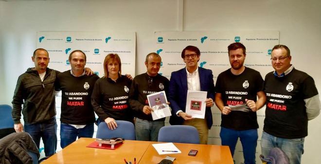 Un momento de la reunión entre el diputado autonómico Juan de Dios Navarro con miembros de la Asociación de Funcionarios de Prisiones 'Tu Abandono Me Puede Matar'