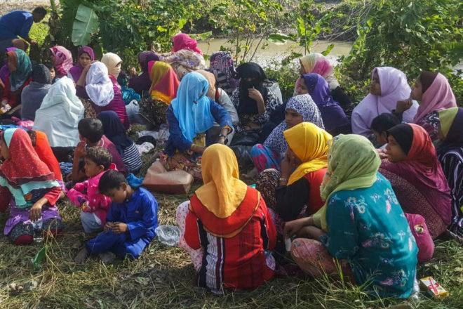 Varios refugiados rohingyas sentados en Kangar (Malasia), donde han sido retenidos por la policía.