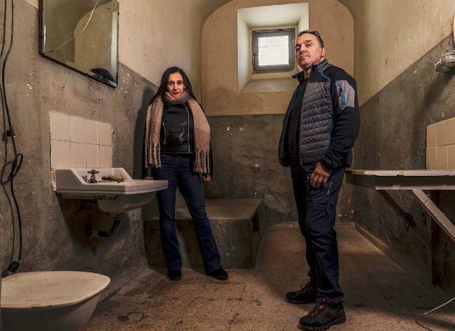 El ex recluso Santiago Cobos, con la funcionaria de prisiones Nuria Lambás, en una celda de la antigua prisión provincial de Segovia.