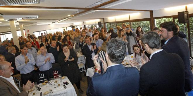José Juan Zaplana, César Sánchez y Luis Barcala saludan a sus compañeros en la comida con afiliados del PP de Alicante.