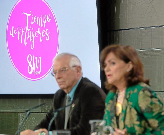 La vicepresidenta del Gobierno, Carmen Calvo, y el ministro de Exteriores, Josep Borrell, bajo el logo de la campaña gubernamental para el 8-M