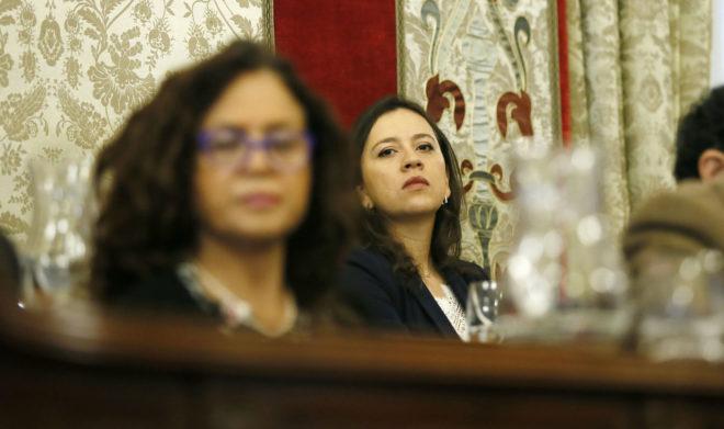 La portavoz de Cs, Yaneth Giraldo, observa a la de Informática, María Dolores Padilla, en un pleno.