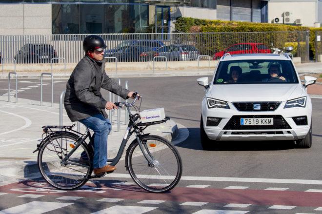 Demostración en Barcelona de la previsión de un accidente gracias a la conexión 5G de un coche y una bicicleta. E. M.