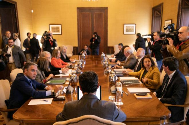 El presidente de la Junta, de espaldas, en el Consejo de Gobierno en San Telmo.