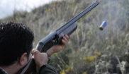 Un hombre dispara durante una jornada de caza en Antequera (Málaga).