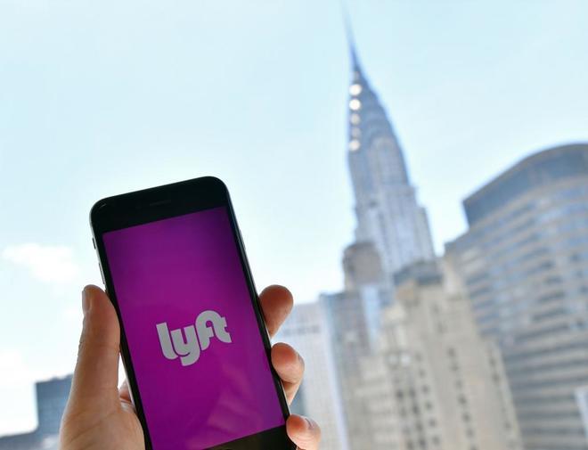 Un hombre usa la aplicación de Lyft en Nueva York.
