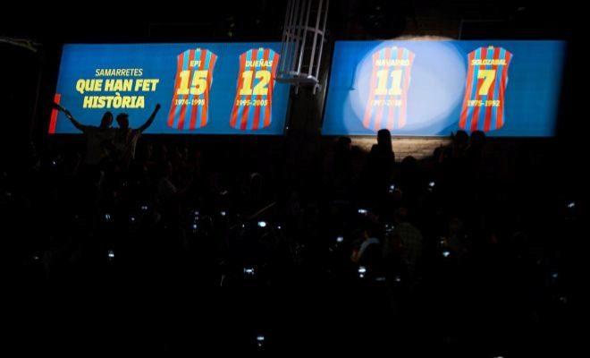 Detalle de la camiseta de Navarro colgada en el Palau Blaugrana.