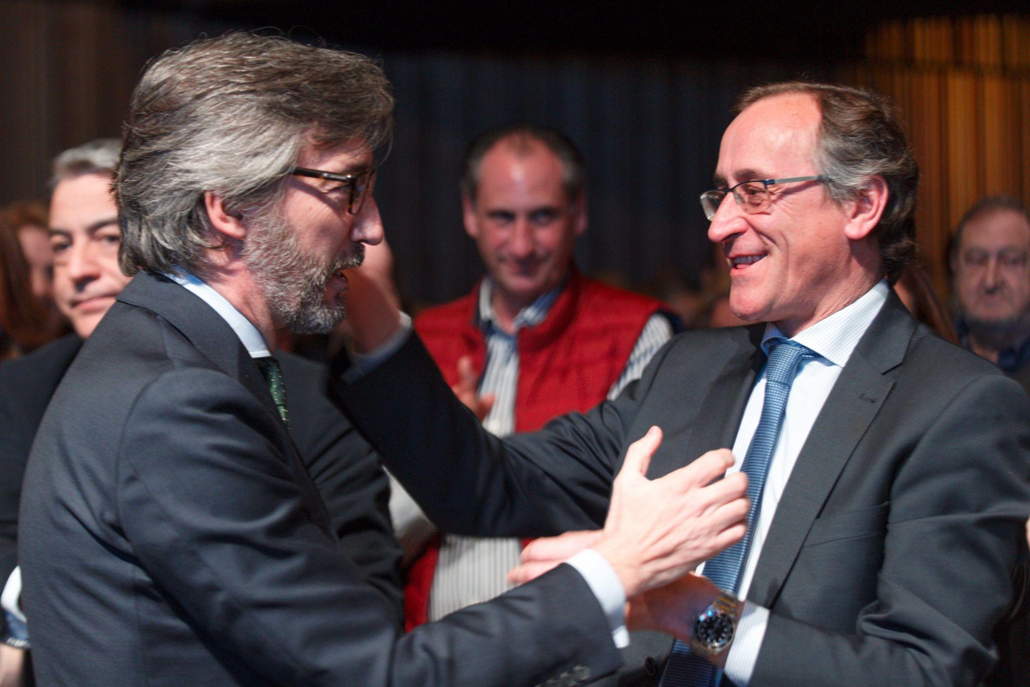 Iñaki Oyarzábal se abraza con Alfonso Alonso durante el acto celebrado en el palacio Europa.