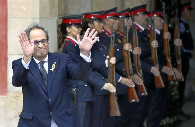 El presidente de la Generalitat, Quim Torra, saliendo del Palau ante...
