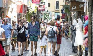 Turistas paseando por el centro de Palma el pasado verano.