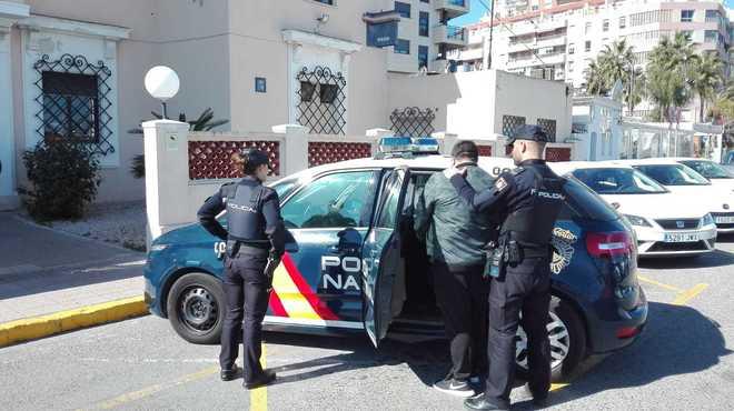 El arrestado, custodiado por agentes de la Guardia Civil