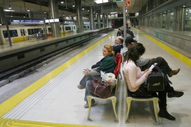 Usuarios del metro esperan en la estación Intermodal.