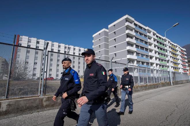 Agentes italianos y suizos patrullan juntos en Chiasso.
