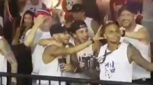 El baile de Neymar en el carnaval mientras se recupera en Brasil