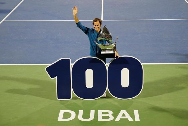 Federer, tras conquistar el título en Dubai.