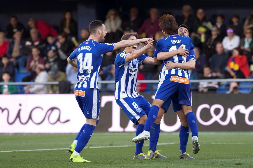 Los jugadores del Alavés felicitan a Inui tras conseguir su primer gol con la camiseta albiazul.