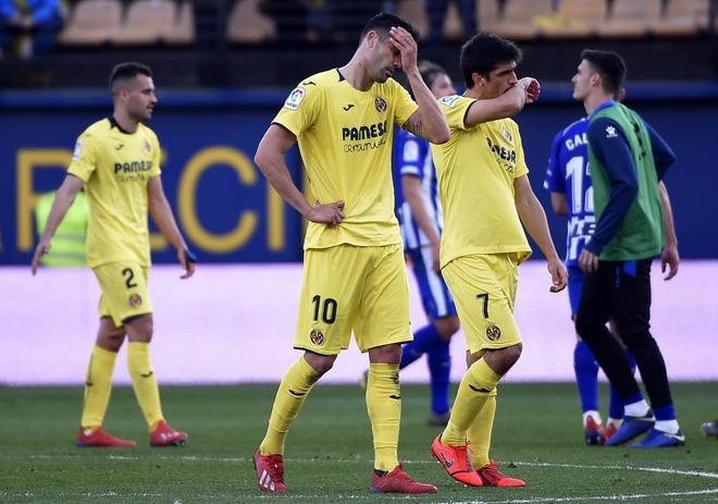Los jugadores del Villarreal se lamentan tras el partido contra el Alavés.