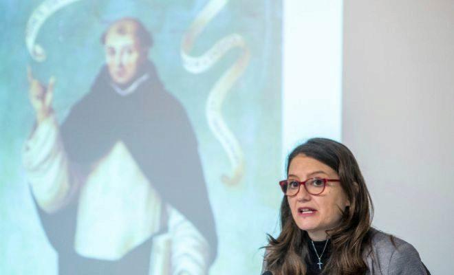 Mónica Oltra, con una imagen de San Vicente al fondo tras un pleno del Consell.