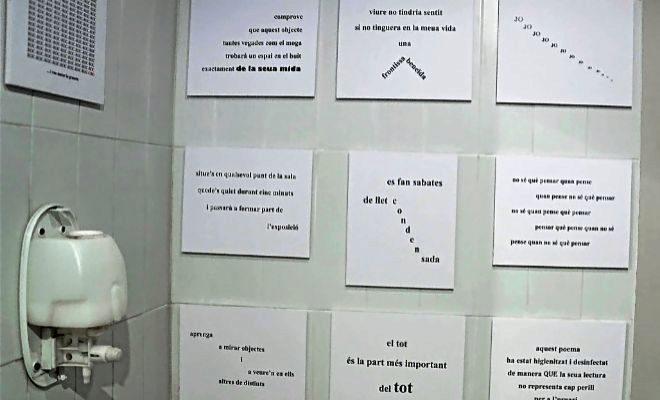 Algunos de los poemas experimentales de Manel Costa en los lavabos del Octubre Centre de Cultura en Valencia.