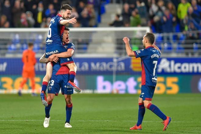 Los jugadores del Huesca celebran el gol de la victoria ante el Sevilla.