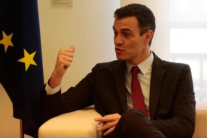 El presidente del Gobierno, Pedro Sánchez, durante la visita del...