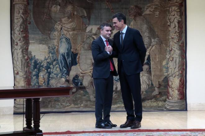 Pedro Sánchez saluda a Iván Redondo, nuevo director del Gabinete de...