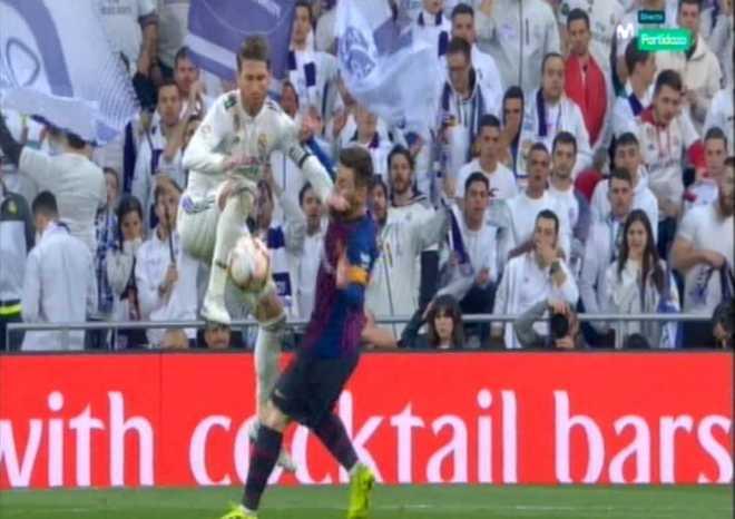 Sergio Ramos golpea en la cara a Messi.