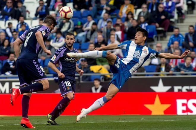 Wu Lei intenta un remate ante la oposición del centrocampista del Valladolid Borja.