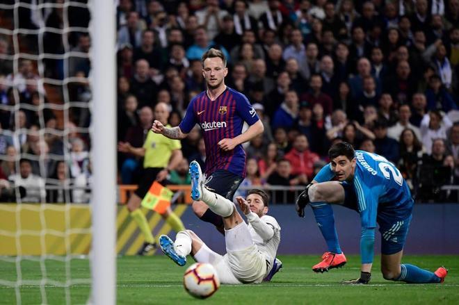 Rakitic marca el gol de la victoria del Barcelona en el Bernabéu.