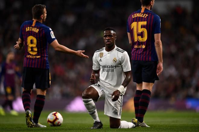 Vinicius, en el césped durante el Real Madrid - Barcelona.