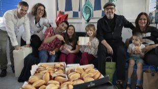 La divertida merienda de Atxa y Sánchez con 'superhéroes' del Hospital de Cruces