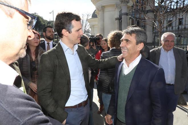 El presidente del PP, Pablo Casado, junto al ganadero de bravo y presidente de la Fundación Toro de Lidia, Victorino Martín, en la manifestación del mundo rural