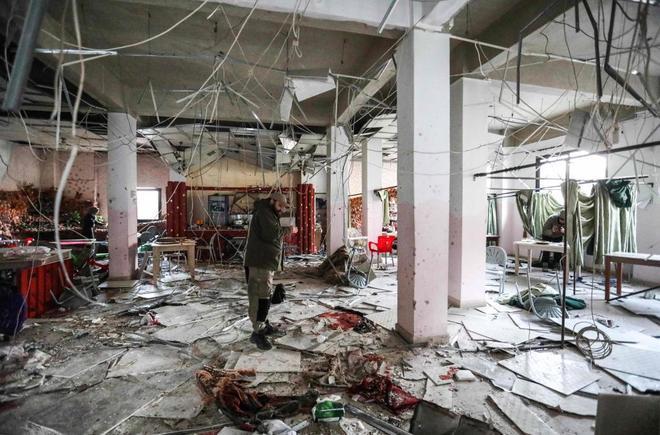 Un hombre inspecciona los daños tras un ataque suicida en Idlib.