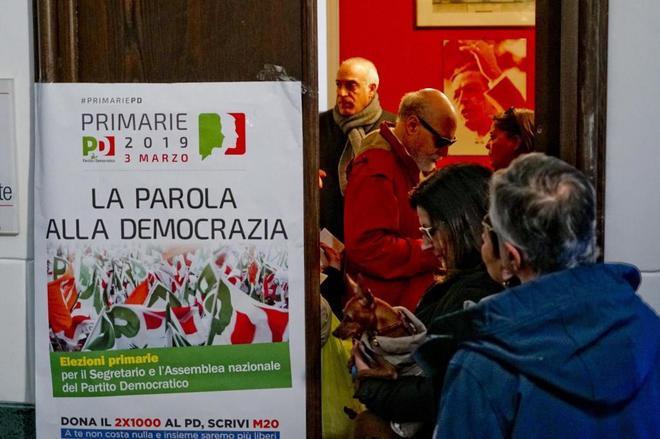 Cola para votar en las elecciones primarias del Partido Democrático (PD) en Nápoles.