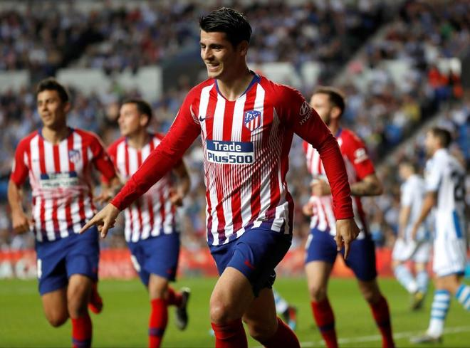 Morata celebra uno de sus goles a la Real en Anoeta.