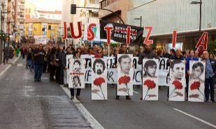 Cabeza de la manifestación con las imágenes de los trabajadores que fallecieron en 1976.
