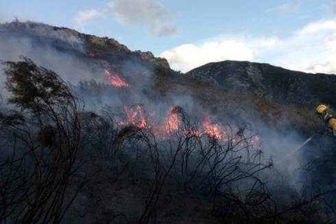 Un bombero participa en la labores de extinción de incendios en...