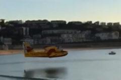 Sorpresa por la maniobra de un hidroavión en la playa de la Concha