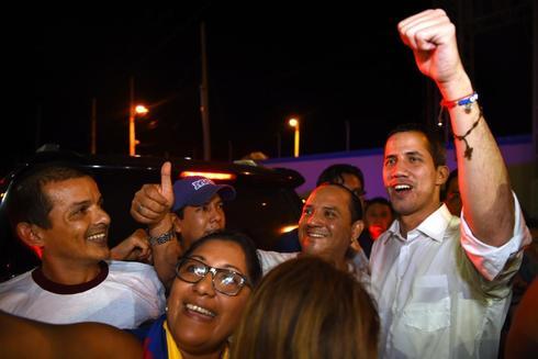 Juan Guaidó se hace fotos con un grupo de simpatizantes en Salinas (Ecuador).