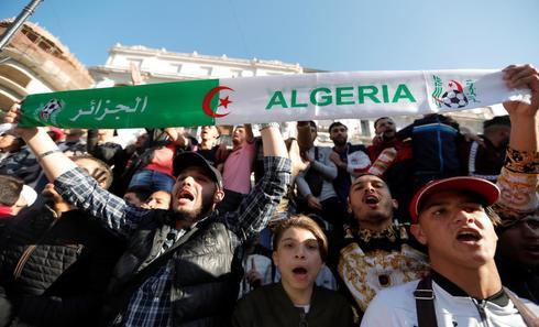 Manifestantes en contra el plan de Bouteflika de renovar su mandato.