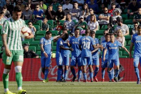 Los jugadores del Getafe celebran su segundo gol ante el Betis.