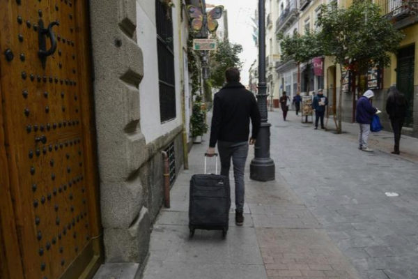 Un turista camina por el barrio de Huertas.