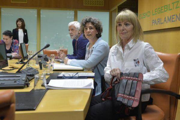 La ex etarra Carmen Gisasola y la presidenta de la ponencia, Ana Oregi, en una de las reuniones del foro.