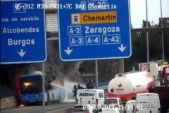Los bomberos intentan apagar el fuego del autobús.