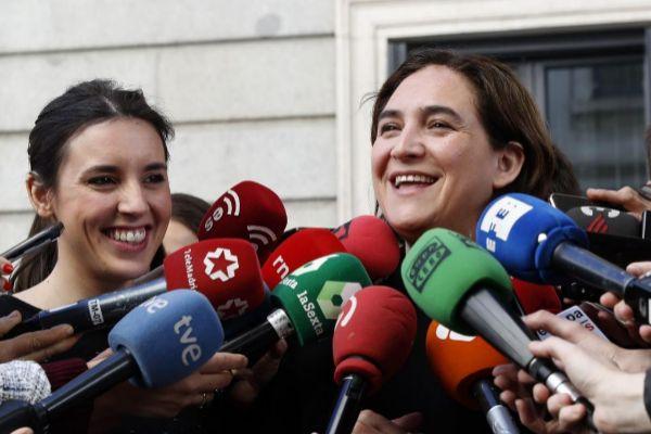 GRAF5952. MADRID (ESPAÑA).- Irene Montero, portavoz del Grupo Parlamentario Unidas Podemos, y la alcaldesa de Barcelona, Ada <HIT>Colau</HIT> (d), ofrecen declaraciones a los medios, este viernes, ante el Congreso en Madrid. J.P. Gandul