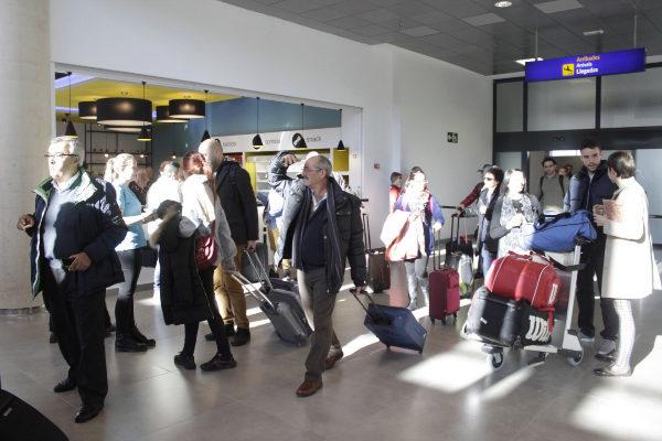 Viajeros tras aterrizar en Castellón.