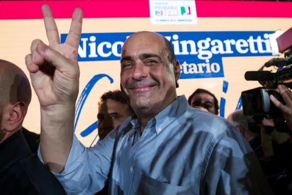 El presidente de la región del Lacio, Nicola Zingaretti, celebra su victoria.